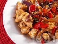 Рецепта Задушени пилешки хапки от гърди с къри и зеленчуци (лук и червени чушки) на тиган